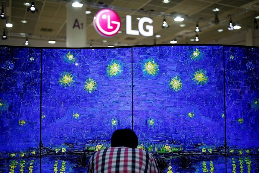 LG's quarterly revenue fell 7 per cent to 15.8 trillion won, in line with the company's estimate.