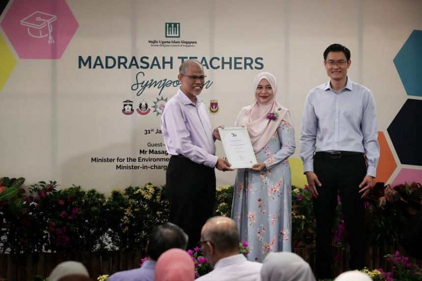 Ms Liyana Abdul Rahaim receiving the Muis Social Work Study Award from Minister-in-charge of Muslim Affairs and Minister for the Environment and Water Resources Masagos Zulkifl on Jan 31, 2019.