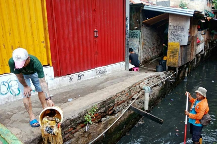 The picture of a man casually dumping a bucket of household trash into a river in Jakarta on Jan 30 while a river cleaning officer was on duty nearby has gone viral. The man was fined 300,000 rupiah the next day.