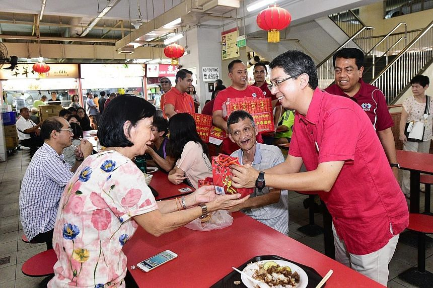 Some patrons of Chinatown Complex Food Centre yesterday received oranges from volunteers from the People's Association Malay Activity Executive Committees Council (Mesra), led by Senior Parliamentary Secretary for Social and Family Development and Ed