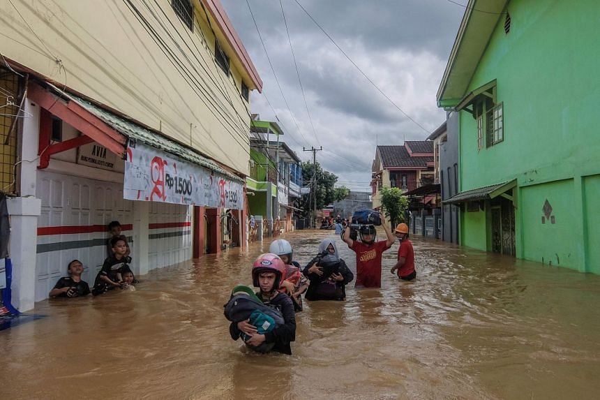 Residents evacuating their homes in in Makassar, the southern part of Sulawesi island, on Jan 23, 2019.