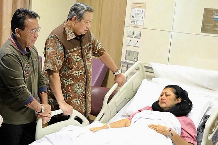 Dr Susilo Bambang Yudhoyono (centre) and former minister Djoko Suyanto with Mrs Ani Yudhoyono at the hospital in Singapore.