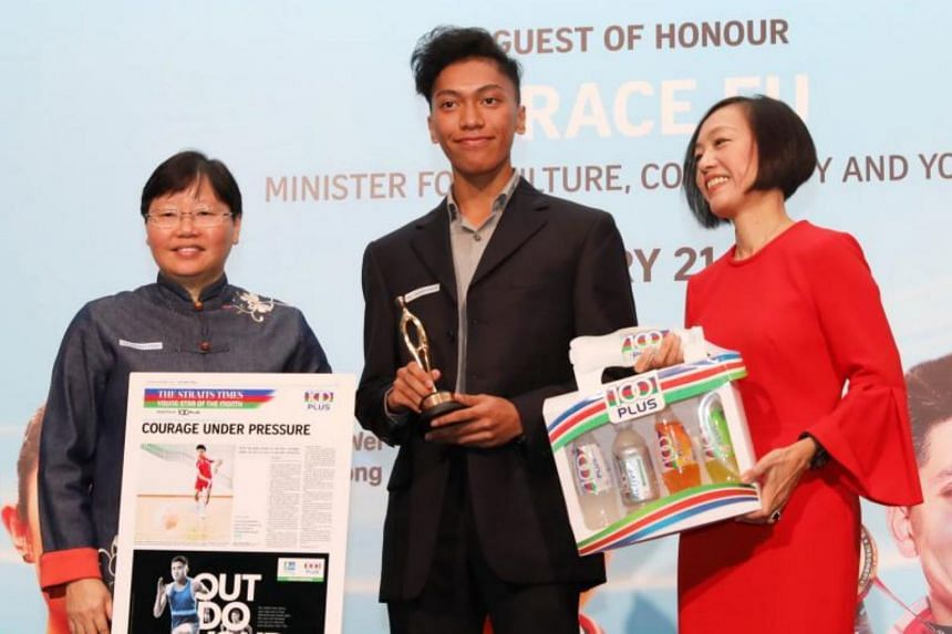 The Straits Times' Young Athlete of the Year nominee John Alicante Embile receiving the nomination award from ST sports editor Lee Yulin (left) and Ms Jennifer See, managing director, Singapore & YFI Malaysia, F&N Foods Singapore.
