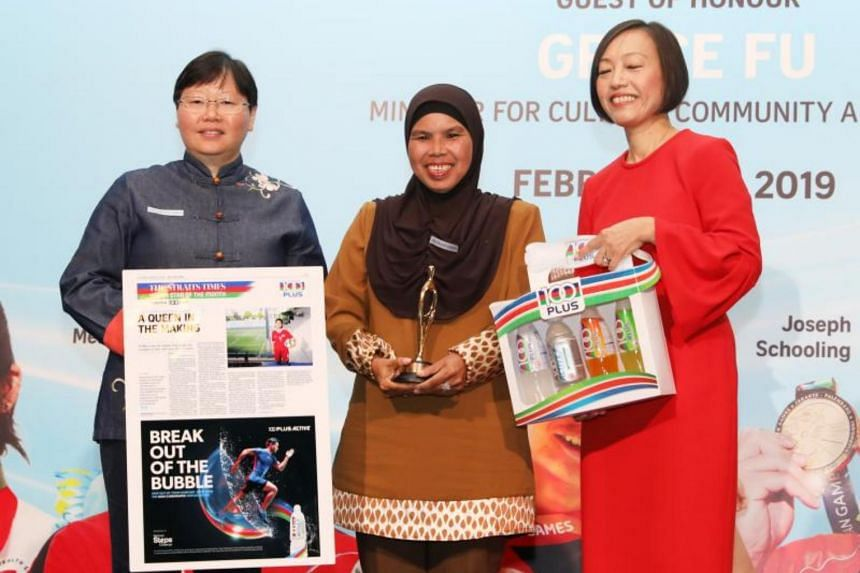 Ms Noryaton Sahdan receiving The Straits Times' Young Athlete of the Year nomination award on behalf of her daughter Putri Nur Syaliza from ST sports editor Lee Yulin (left) and Ms Jennifer See, managing director, Singapore & YFI Malaysia, F&N Foods
