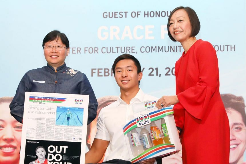 The Straits Times' Athlete of the Year nominee Toh Wei Soong receiving the nomination award from ST sports editor Lee Yulin (left) and Ms Jennifer See, managing director, Singapore & YFI Malaysia, F&N Foods Singapore.