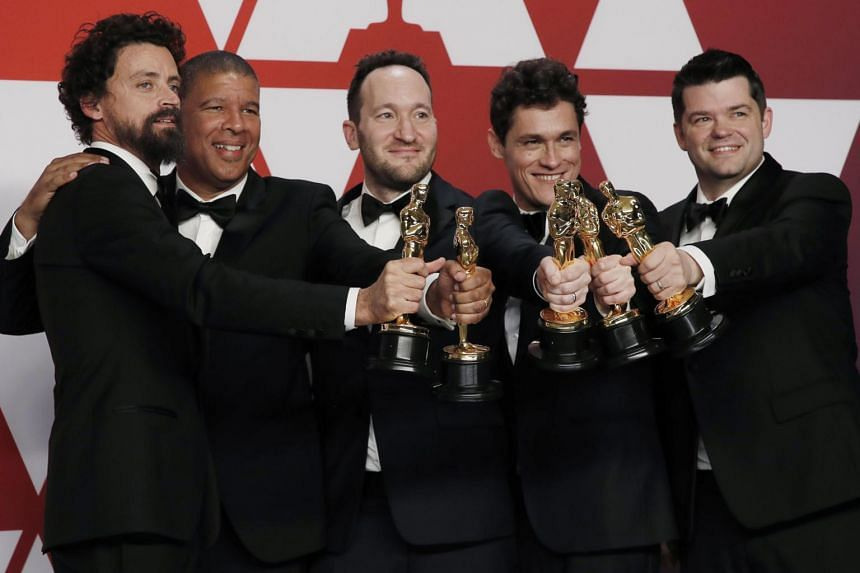 Bob Persichetti, Peter Ramsey, Rodney Rothman, Phil Lord and Christopher Miller with the Best Animated Feature Film award for Spider-Man: Into The Spider-Verse.