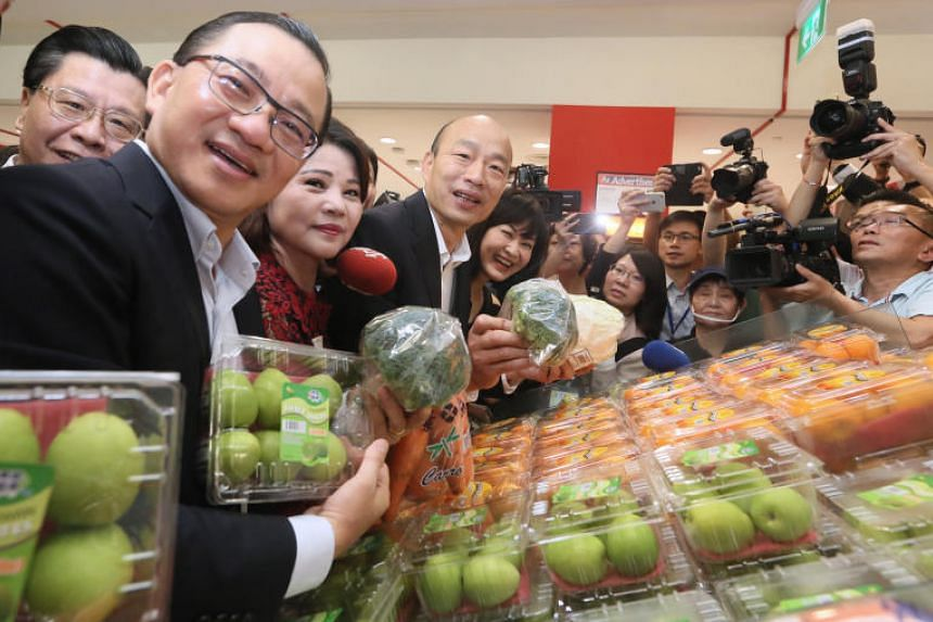 Kaohsiung Mayor Han Kuo-yu (centre) with FairPrice chief executive Seah Kian Peng (nearest camera) at the FairPrice Xtra outlet at Jem on Feb 26, 2019.