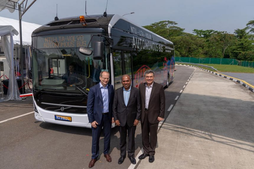 (From left) President of Volvo Buses Hakan Agnevall, NTU president Subra Suresh and LTA deputy chief executive Goh Teck Seng pose for a photo at the launch of the world's first full-sized autonomous bus on March 5, 2019.