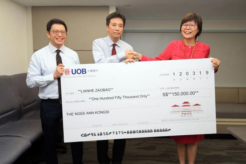 Non-profit foundation Ngee Ann Kongsi is sponsoring free Lianhe Zaobao subscriptions for one year for more than 800 households. (From left) Ngee Ann Kongsi's vice-president Jamie Teo and president Richard Lee, and head of SPH's Chinese Media Group Le