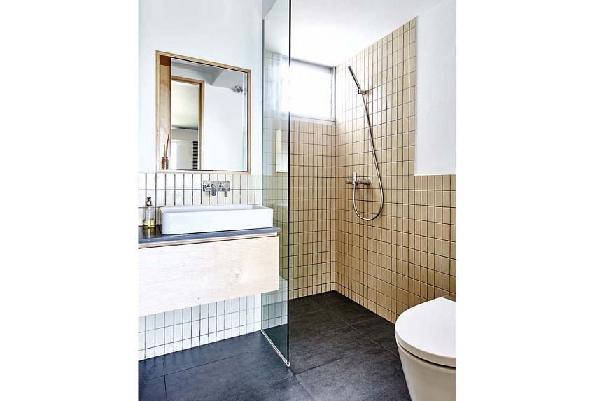 To match the plywood carpentry in the apartment, beige tiles were chosen for the bathroom.