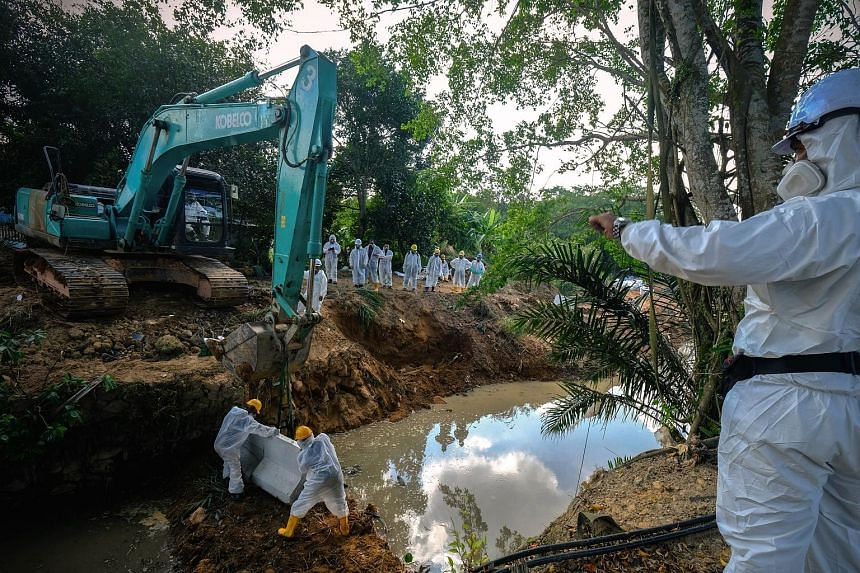 The authorities continuing with clean-up operations yesterday. Malaysian Nature Society vice-president Vincent Chow said that Sungai Kim Kim was heavily polluted as the chemicals had seeped into the mud.