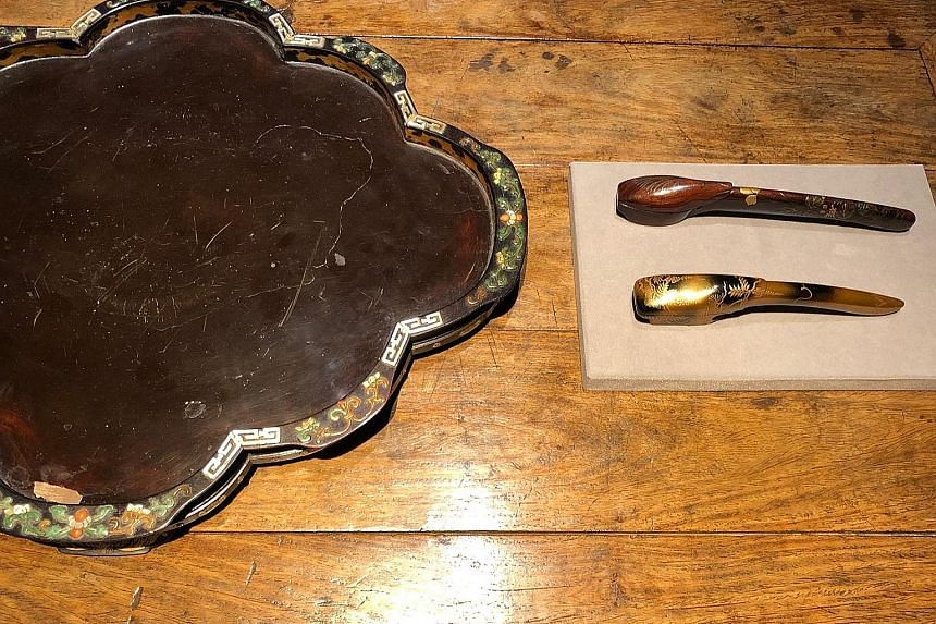 A Qing dynasty leaf-shaped tray (left) and two Meiji period yatate (right) for storing writing brushes and ink. A Meiji period yatate, or writing brush case (front), and a Qing dynasty carved lacquer stand (back). A porcelain kiseru tobacco pipe from