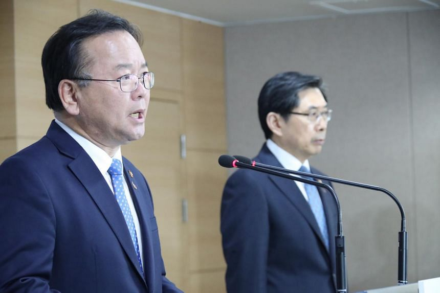 Interior Minister Kim Boo-kyum (left) and Justice Minister Park Sang-ki apologised to the public for the alleged collusion between police and Burning Sun nightclub.