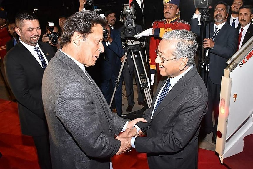 Pakistan Prime Minister Imran Khan welcoming Malaysian Premier Mahathir Mohamad to Islamabad on Thursday evening.