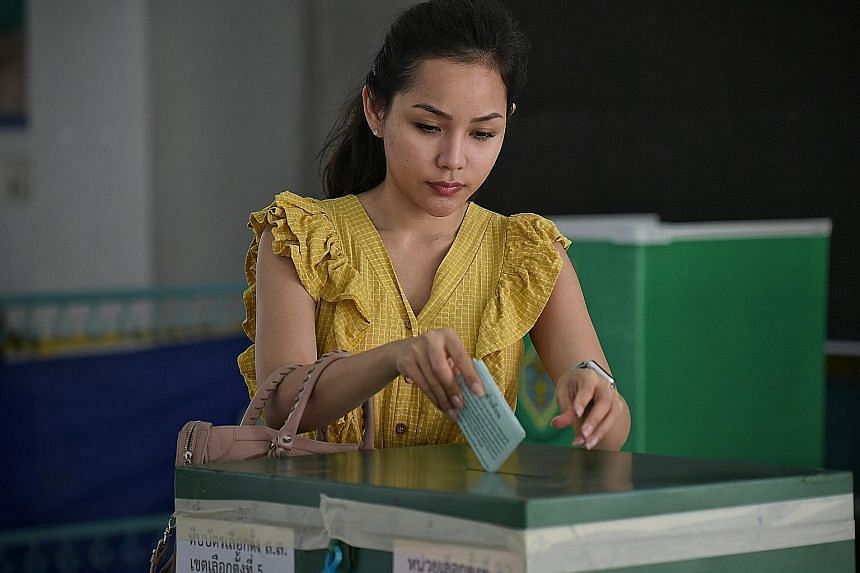 Former Thai premier Thaksin Shinawatra says countries will not respect a government that is the result of a rigged election. Ms Pimonporn Keawsrichan, 28, a flight attendant, dropping her vote into the ballot box at Bangkok's Thawiwit School on Sunda