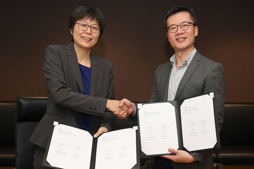 The head of Singapore Press Holdings' Chinese Media Group, Ms Lee Huay Leng, and Singapore Chinese Cultural Centre chief executive Low Sze Wee at the MOU signing on March 27, 2019.