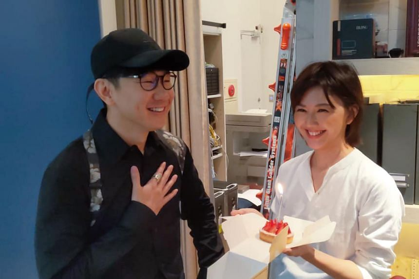 Stefanie Sun, who was also in Taipei for work, gave JJ Lin a surprise by going to his studio with a cake to celebrate his birthday.