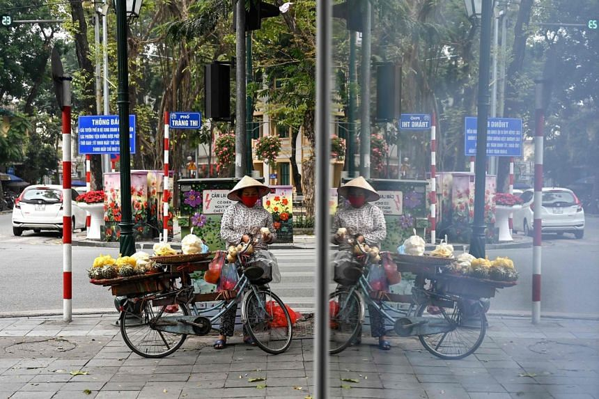 Vietnam's government has pledged to keep its currency stable and curb price pressures to help support economic growth.