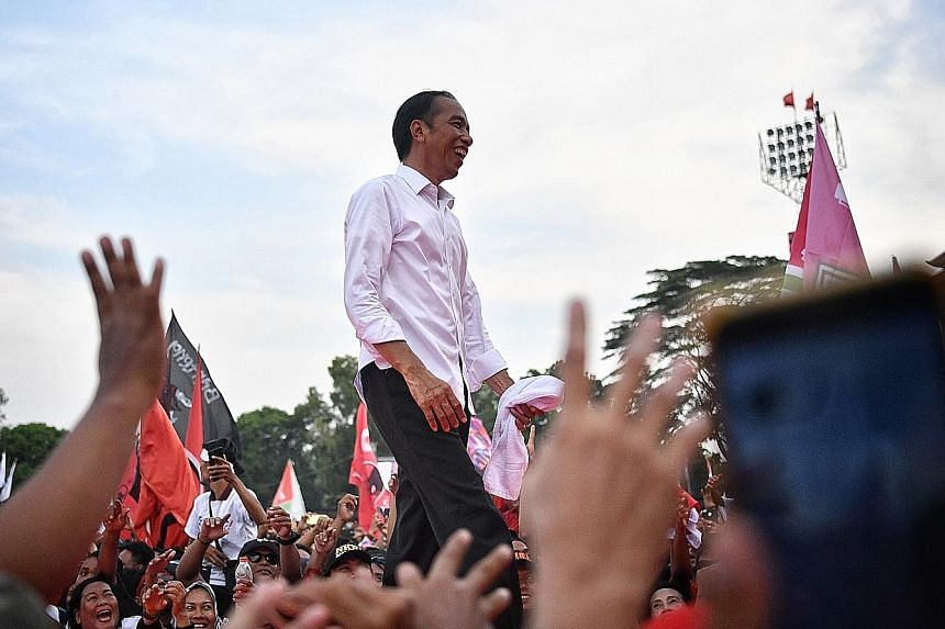 Tapping nostalgia and oozing folksy charm, President Joko Widodo is seeking to remind the crowd of his connection to Solo and emphasising that he can continue to lead the country in progress during a homecoming rally at the Stadium Sriwedari in Solo,