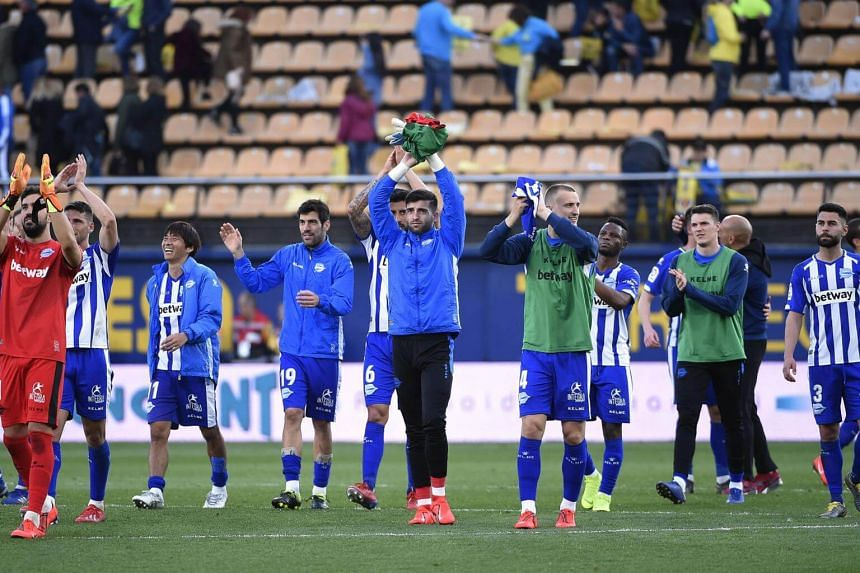 Alaves' players acknowledge their fans at the end of the Spanish league football match against Villarreal CF, on March 2, 2019.
