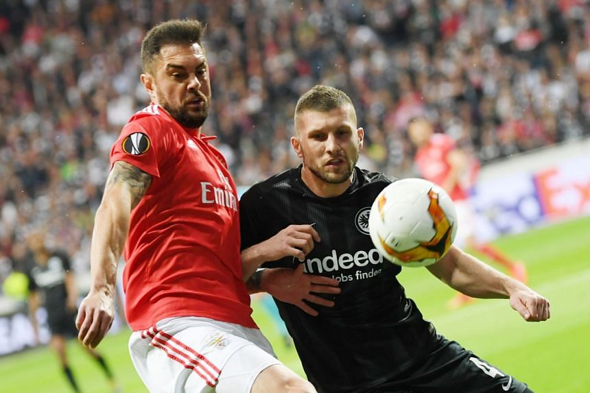 Frankfurt's Ante Rebic (right) and Benfica's Jardel vie for the ball.