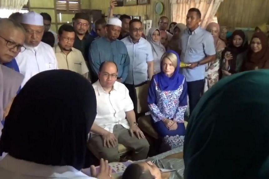 Tengku Muhammad Faiz and his wife paid a visit to a teenager suffering from brain cancer at his home in Kampung Bechah Temalang, Wakaf Bharu, on April 23.