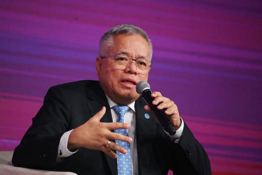 The Philippines' Trade Secretary Ramon Lopez said the government would not, and could not, block interested buyers of distressed shipbuilder Hanjin Philippines.