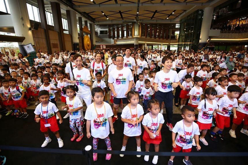 (Left to right) 3M Managing Director Yuko Nakahira, vice-chairman of South East CDC Seah Kian Peng and Minister for Culture, Community and Youth Grace Fu, together with PCF Sparkletots children, the youngest volunteers at the 3M Step-Up Challenge.