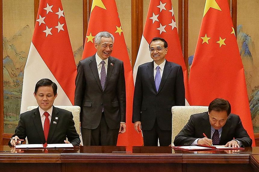 Prime Minister Lee Hsien Loong and Chinese Premier Li Keqiang witnessing the signing of an MOU between Minister for Trade and Industry Chan Chun Sing and China's National Development and Reform Commission vice-chair Zhang Yong at the Diaoyutai State