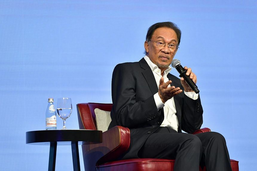 Datuk Seri Anwar Ibrahim said that Malaysia's royal houses should respect the electorate's mandate to Pakatan Harapan and Malaysian Prime Minister Mahathir Mohamad to govern the country.