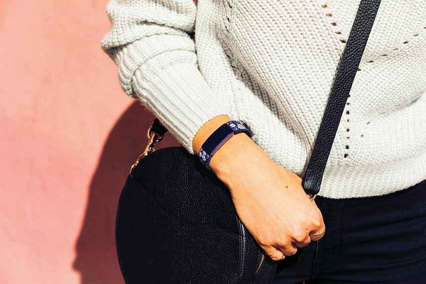 The Fitbit Inspire HR comes in the form of a small wristband with a minimalist design, consisting of a rectangular plastic module with detachable silicone straps.