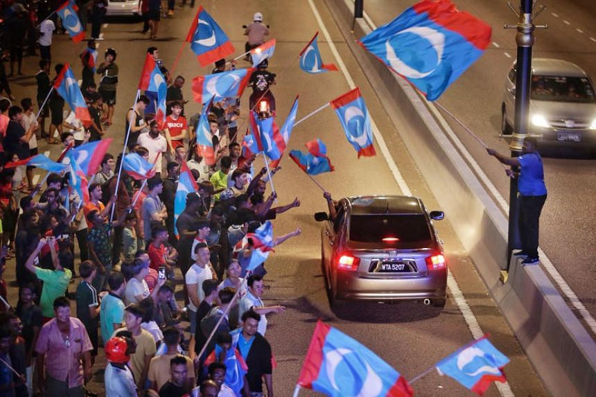 Pakatan Harapsn's descent in popularity was attributed to the state of the economy as felt by consumers, the perceived strength of the government, anxieties over Malay rights and privileges and the treatment of other races in the country.