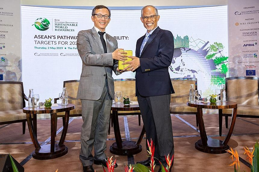 Associate Professor Simon Tay, chairman of the Singapore Institute of International Affairs, presenting a token of appreciation to Minister for the Environment and Water Resources Masagos Zulkifli.
