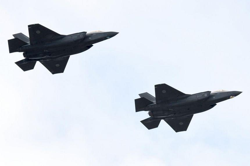 Avion de chasse F-35A de la force d'autodéfense aérienne du Japon participant à un examen militaire sur le terrain d'entraînement d'Asaka de la force d'autodéfense terrestre à Asaka, dans la préfecture de Saitama.