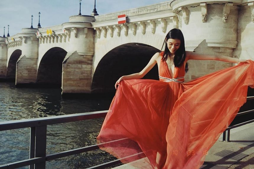 Ming Xi is a good friend of Mario Ho's elder sister Sabrina Ho, and became friends with Mario through the introduction of Sabrina.
