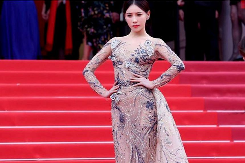 Chinese actress Shi Yanfei lingered too long on the red carpet at the Cannes film festival, which caused Chinese netizens to slam her for bringing embarrassment to the country.