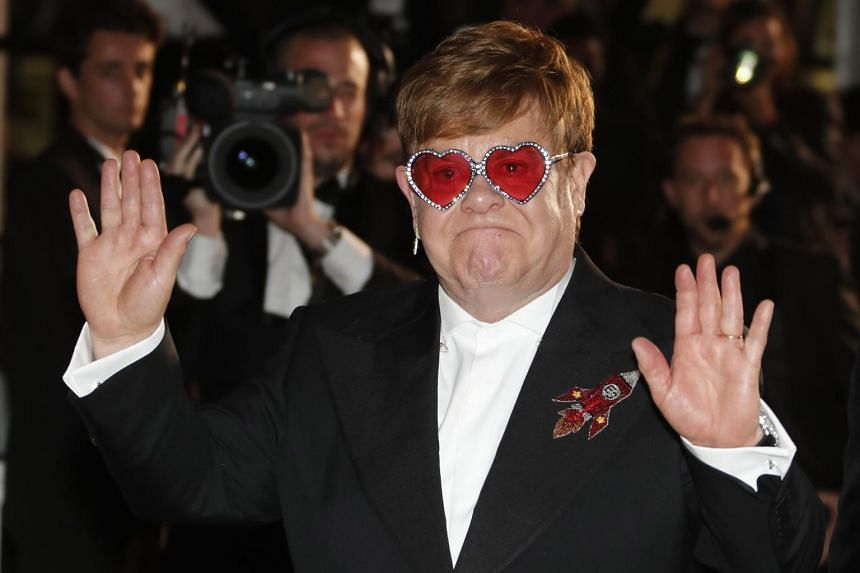 Singer Elton John appeared to have difficulty walking at the premiere of Rocketman, a much-hyped film about his earlier years.