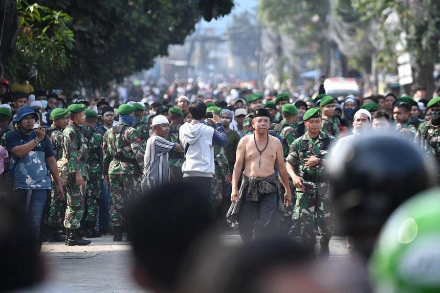 Indonesian soldiers seen among protesters in Pertamburan, Jakarta, on 22 May 2019.
