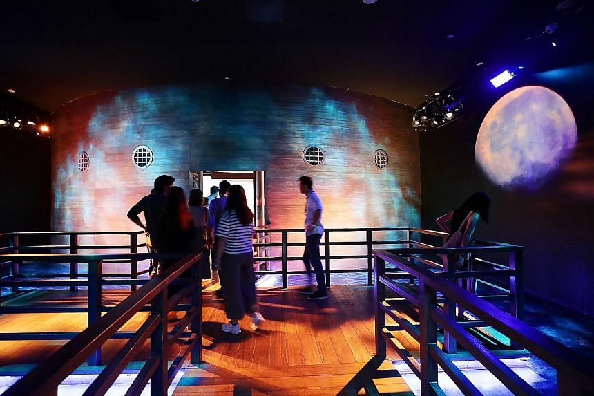 Inside the spinning rotunda, visitors see Act 2 and Act 3 - when Raffles arrived in Singapore in 1819 and how the island developed into a dynamic port - which come to life with the help of cutting-edge multimedia and breathtaking sets. A 360-degree f