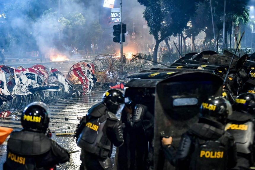 Indonesian anti-riot police clash with the protesters during a demonstration against Indonesia's President Joko Widodo's victory in the recent election in Jakarta, on May 22, 2019.