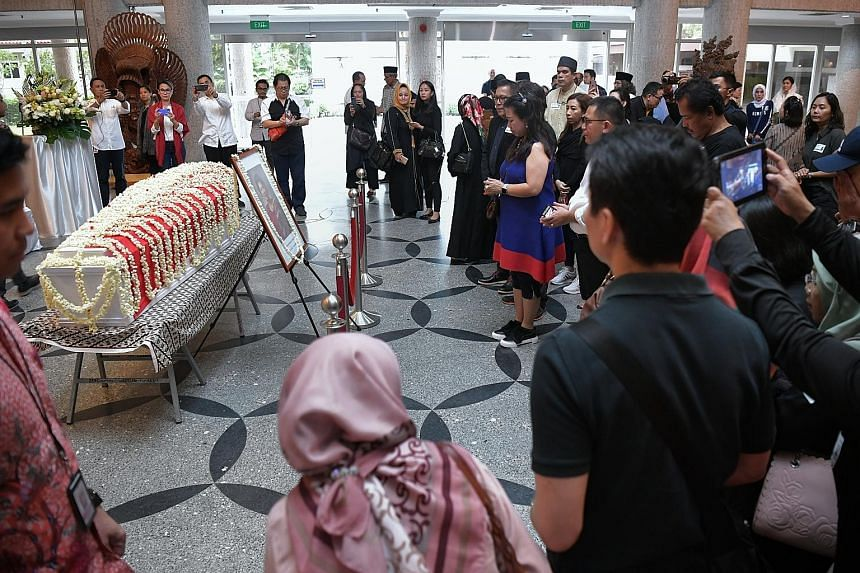 Members of the public at Mrs Ani Yudhoyono's wake yesterday. She will be buried at the Kalibata Heroes Cemetery in Jakarta today. Former Indonesian president Susilo Bambang Yudhoyono walking beside the casket of his late wife Ani Yudhoyono, on the wa