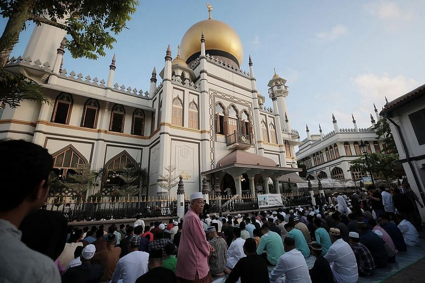 Sultan Mosque packed with worshippers: About 5,000 Muslims took part in Aidilfitri prayers yesterday at Sultan Mosque in Kampong Glam, which was so packed that many had to make do with makeshift carpets out on the street. In his sermon, Mufti Fatris
