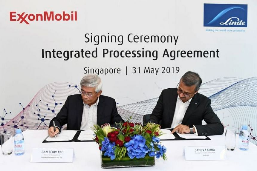 The long-term agreement was signed by Linde executive vice-president, Asia-Pacific, Sanjiv Lamba (right), and ExxonMobil Asia Pacific chairman and managing director Gan Seow Kee (left).