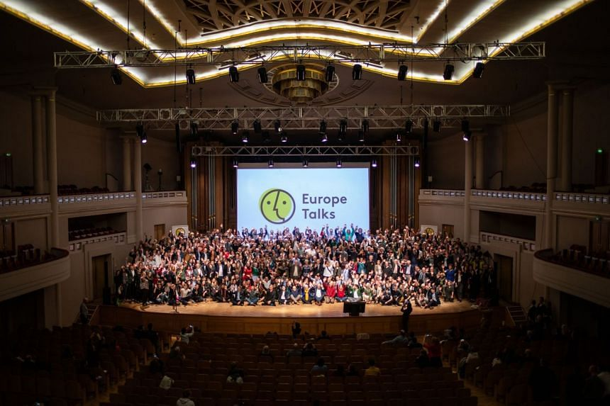 """Hundreds of the participants of """"Europe Talks"""" came to the BOZAR Centre of Fine Arts in Brussels. After the show all participants gathered on stage.  PHOTO: LENA MUCHA FOR ZEIT ONLINE"""