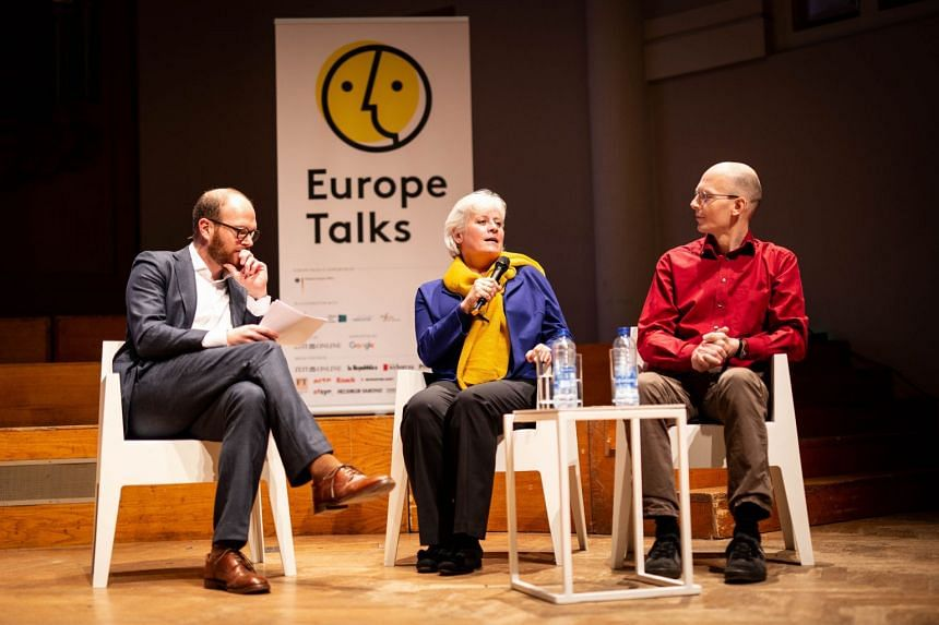 """Philip Faigle [left] during a """"Europe Talks"""" conference in Brussels, with two participants. PHOTO: LENA MUCHA FOR ZEIT ONLINE"""