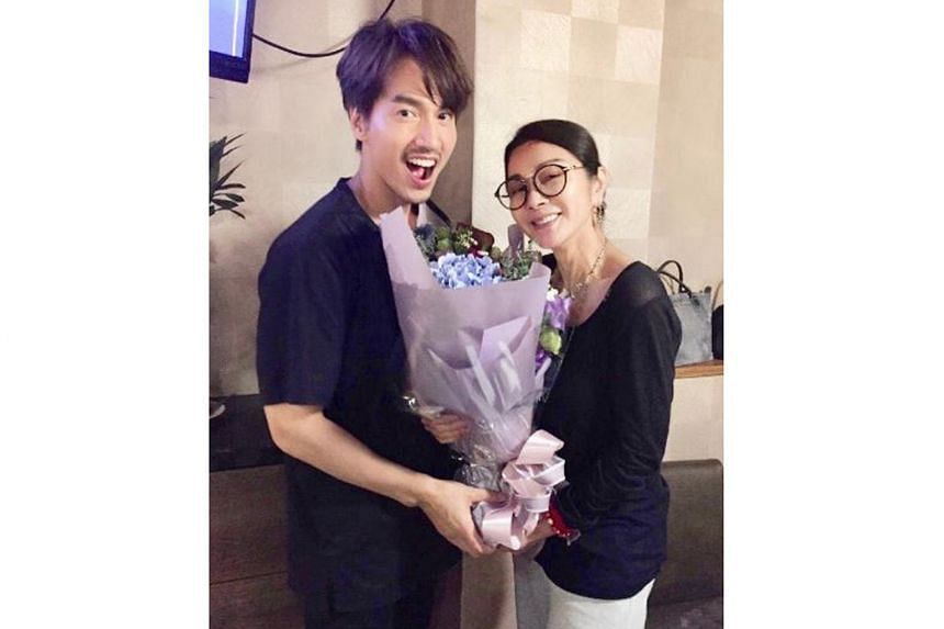 Jerry Yan presented Chen Mei-fen, who has been dubbed Taiwan's most beautiful auntie, with a bouquet of flowers for her 63rd birthday.