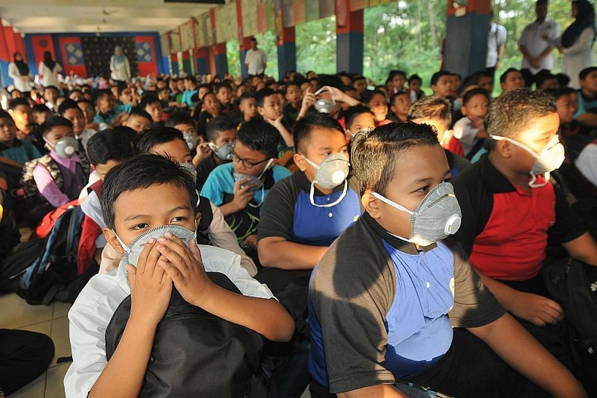 Students put on masks at SK Pasir Gudang 4 in Pasir Gudang. State Health, Culture and Heritage Committee chairman Mohd Khuzzan Abu Bakar said on Monday that a total of 310 students and three teachers from 31 schools had experienced vomiting and dizzi