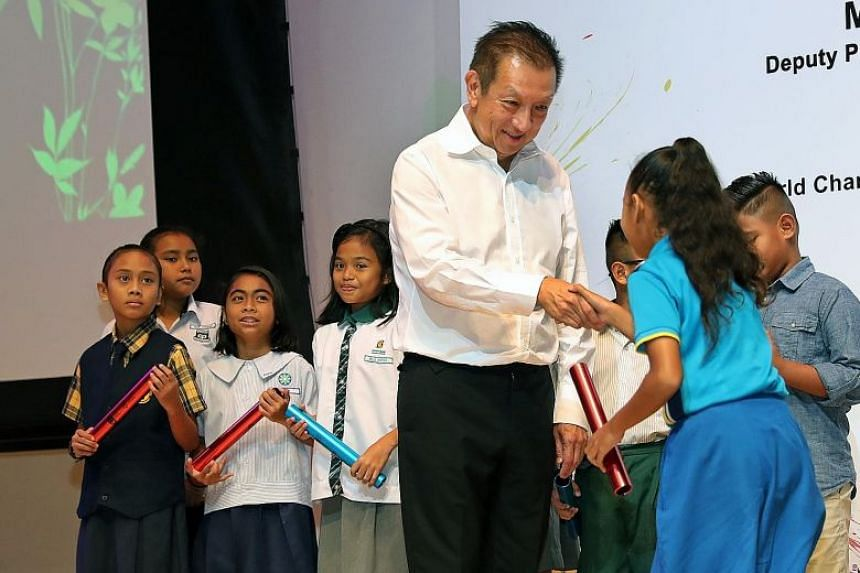 Peter Lim handing out Singapore Olympic Foundation-Peter Lim Scholarship awards to recipients from the primary category at Temasek Polytechnic.