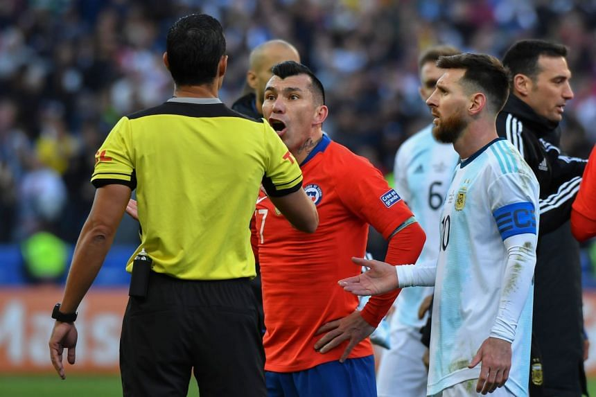 Argentina's Lionel Messi (right) and Chile's Gary Medel talk to Paraguayan referee Mario Diaz de Vivar.