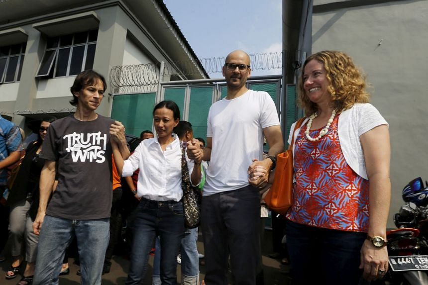 Bantleman and his wife Tracy hold hands with Indonesian teacher Ferdinand Tjiong and his wife Siska in front of Cipinang prison in 2015.